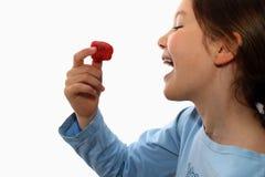 äter flickajordgubbebarn Arkivfoto