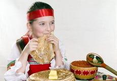äter flickapannkakor Arkivfoto