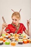 äter flickasushi Arkivfoton