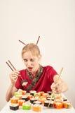 äter flickasushi Arkivfoto