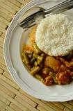 Äter kryddig uppståndelse stekt fet för griskött och lång bönacurry för gård par med ris Arkivbilder