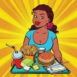 Äter lunch den unga kvinnan för livsstilen och en snabbmat i restaurangen Royaltyfri Fotografi