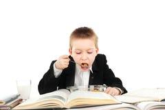 äter schoolboyen arkivfoto