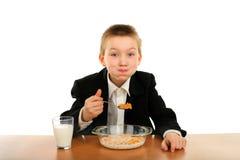 äter schoolboyen royaltyfri fotografi