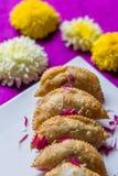 Äter smakliga sunda dagliga mellanmål för Karanji Marathimat Royaltyfria Bilder