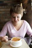 äter soupkvinnan Arkivfoton