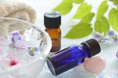 Ätherische Öle mit Frühlingsblumen Stockbilder