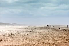 Ätherische Landschaft eines Strandes während des Sandsturms Lizenzfreies Stockfoto