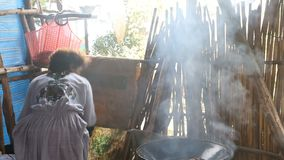 Äthiopien, Bahir Dar, im Januar 2015: Traditionelles Kochen, REDAKTIONELL stock video footage