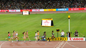 Äthiopiens Genzebe Dibaba, welches die im Jahre 1500 Meter abschließend an den IAAF-Weltmeisterschaften Peking führt Lizenzfreies Stockfoto