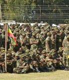 Äthiopische sitzende und stehende Armee-Soldaten Stockfotos