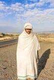 Äthiopischer Mann, der die Straße bereitsteht Stockfoto