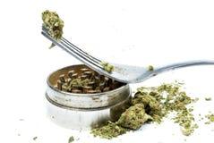 Ätlig marijuana, gaffel och kniv, vit bakgrund Arkivbild