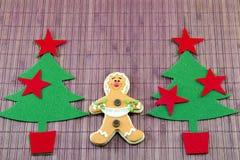 Ätlig pepparkaka och två julträd Fotografering för Bildbyråer
