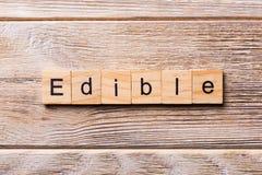 ÄTLIGT ord som är skriftligt på träsnittet ÄTLIG text på trätabellen för din desing, begrepp arkivbild