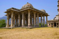 Äußere Ansicht von Kevada Masjid hat Minaretts, Kugel wie Hauben und schmale Treppe, UNESCO geschütztes Champaner - Pavagadh Arch lizenzfreie stockfotografie