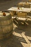 Äußere Sitzplätze eines Weinbar mit Tabellenstühlen und -fässern wie lizenzfreie stockfotografie