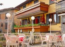 Äußere Terrasse der italienischen Gaststätte Stockbilder