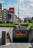 Äußerer Eingang zur Gambara-Metrostation in Mailand, welches die Linie M1 instandhält Stockbilder