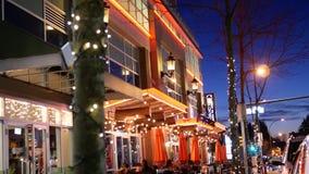 Äußerer Schuss von Braun socialhouse Restaurant nachts in Coquitlam BC Kanada stock footage