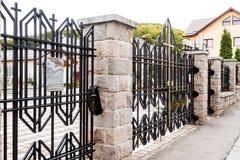Äußerer Zaun der orthodoxen Kirche der heiligen Kaiser Constantine Lizenzfreies Stockfoto
