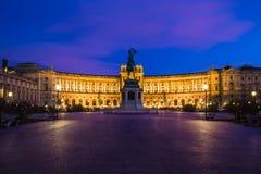 Äußeres der österreichischen Nationalbibliothek bei Sonnenuntergang lizenzfreie stockbilder