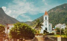 Äußeres der brasilianischen kleinen Kirche mit einem Glockenturm lizenzfreie stockbilder