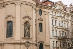 Äußeres der Kirche von Sankt Nikolaus im alten Marktplatz in Prag, Tschechische Republik Architektur fromm stockfoto