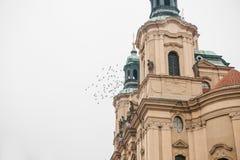 Äußeres der Kirche von Sankt Nikolaus im alten Marktplatz in Prag, Tschechische Republik Architektur fromm stockfotografie