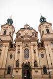 Äußeres der Kirche von Sankt Nikolaus im alten Marktplatz in Prag, Tschechische Republik Architektur fromm lizenzfreies stockbild