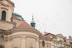Äußeres der Kirche von Sankt Nikolaus im alten Marktplatz in Prag, Tschechische Republik Architektur fromm stockfotos