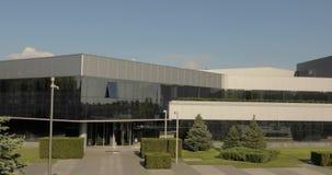 Äußeres der modernen Fabrik, Äußeres der modernen Anlage, moderne Anlage, errichtendes Äußeres, industrielles Äußeres, modern stock video footage