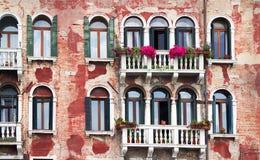 Äußeres des alten Gebäudes in Venedig. Lizenzfreies Stockfoto