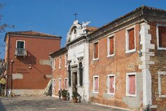 Äußeres des alten verlassenen Gebäudes mit verfallender Fassade in Murano, Italien Stockfotografie