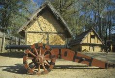 Äußeres des Gebäudes mit Kanone in historischem Jamestown, Virginia, Standort der ersten englischen Kolonie lizenzfreie stockfotografie
