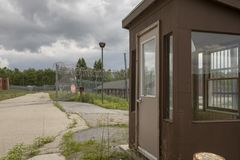 Äußeres des Gefängniswärterhauses mit überwuchertem Yard Lizenzfreie Stockfotos