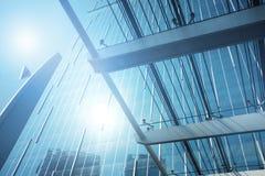 Äußeres des Glaswohngebäudes Die goldene Taste oder Erreichen für den Himmel zum Eigenheimbesitze lizenzfreies stockbild