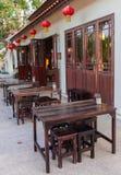 Äußeres des hölzernen Stuhls im Freien des Restaurants Stockfotografie