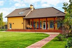 Äußeres des Hauses mit grünem Sommerdarlehen Lizenzfreie Stockbilder