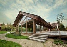 Äußeres des Holzhauses mit Swimmingpool Stockfotos