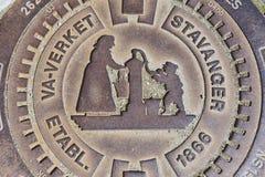 Äußeres des verzierten Abwasserkanaleinsteigelochs in Stavanger, Norwegen Lizenzfreies Stockbild