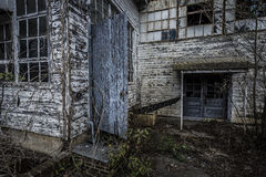 Äußeres einer Fabrik mit offener Tür stockbild