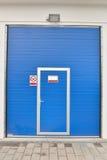 Äußeres einer modernen Waschanlage der blauen Tür Abwaschflüssigkeit und -schwämme Stockbild