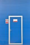 Äußeres einer modernen Waschanlage der blauen Tür Abwaschflüssigkeit und -schwämme Lizenzfreie Stockfotografie