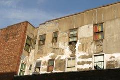 Äußeres eines Gebäudes des niedrigen Einkommens Miet stockfotos