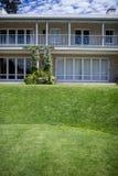 Äußeres eines Hauses mit Rasen Stockfotos