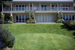 Äußeres eines Hauses mit Rasen Stockbild