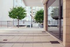 Äußeres eines kleinen modernen Bürogebäudes in der Stadt Stockfotografie