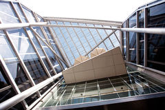 Äußeres eines modernen Bürohauses stockbild