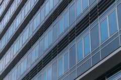 Äußeres eines modernen Gebäudes mit Fenstern lizenzfreie stockfotos